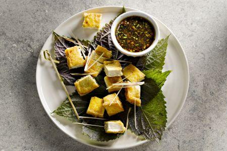 Gefrituurde tofu met sojasaus-citroengras dressing