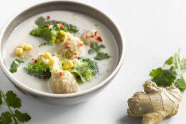 Foto van Garnaal- en kalkoenballetjes in een Aziatische bouillon