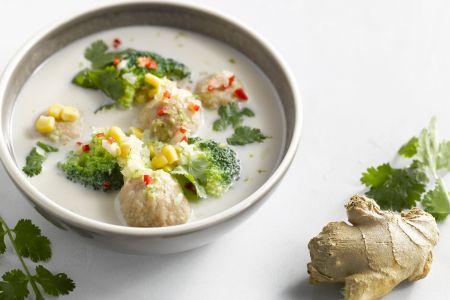 Garnaal- en kalkoenballetjes in een Aziatische bouillon