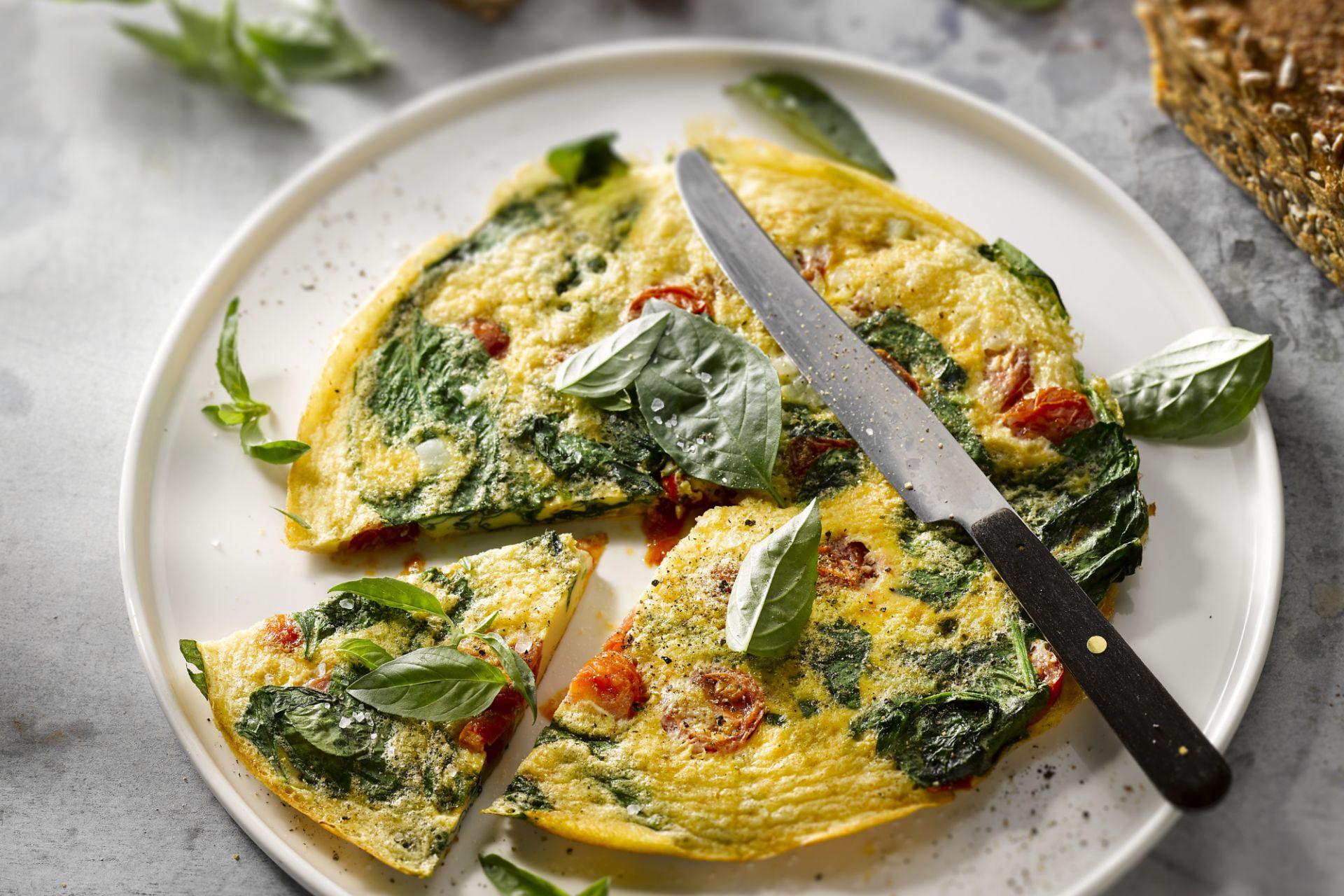 Omelet met spinazie en kerstomaat