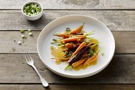 Foto van Geroosterde jonge wortels met miso