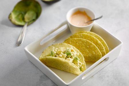 Taco met roerei, avocado en sriracha