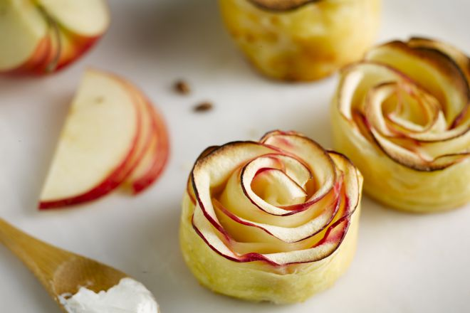 Hartige appel- geitenkaas en notenbloemetjes