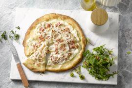 Foto van Flammkuchen met spek en uien