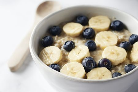 Havermout met blauwe bessen en banaan