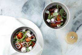 Foto van Griekse salade met komkommerslierten
