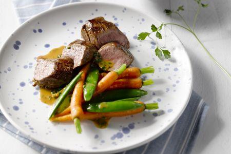 Lamsfilet met wortelen en gekookte krieltjes