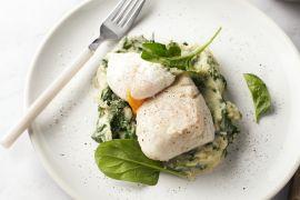 Foto van Witte vis met spinaziepuree en een gepocheerd eitje