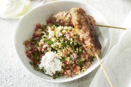 Foto van Lamskebabs met kruidige bulgur en yoghurtsaus
