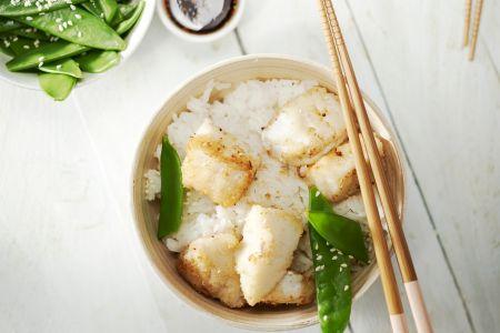 Visnuggets met peultjes en een Aziatisch sausje