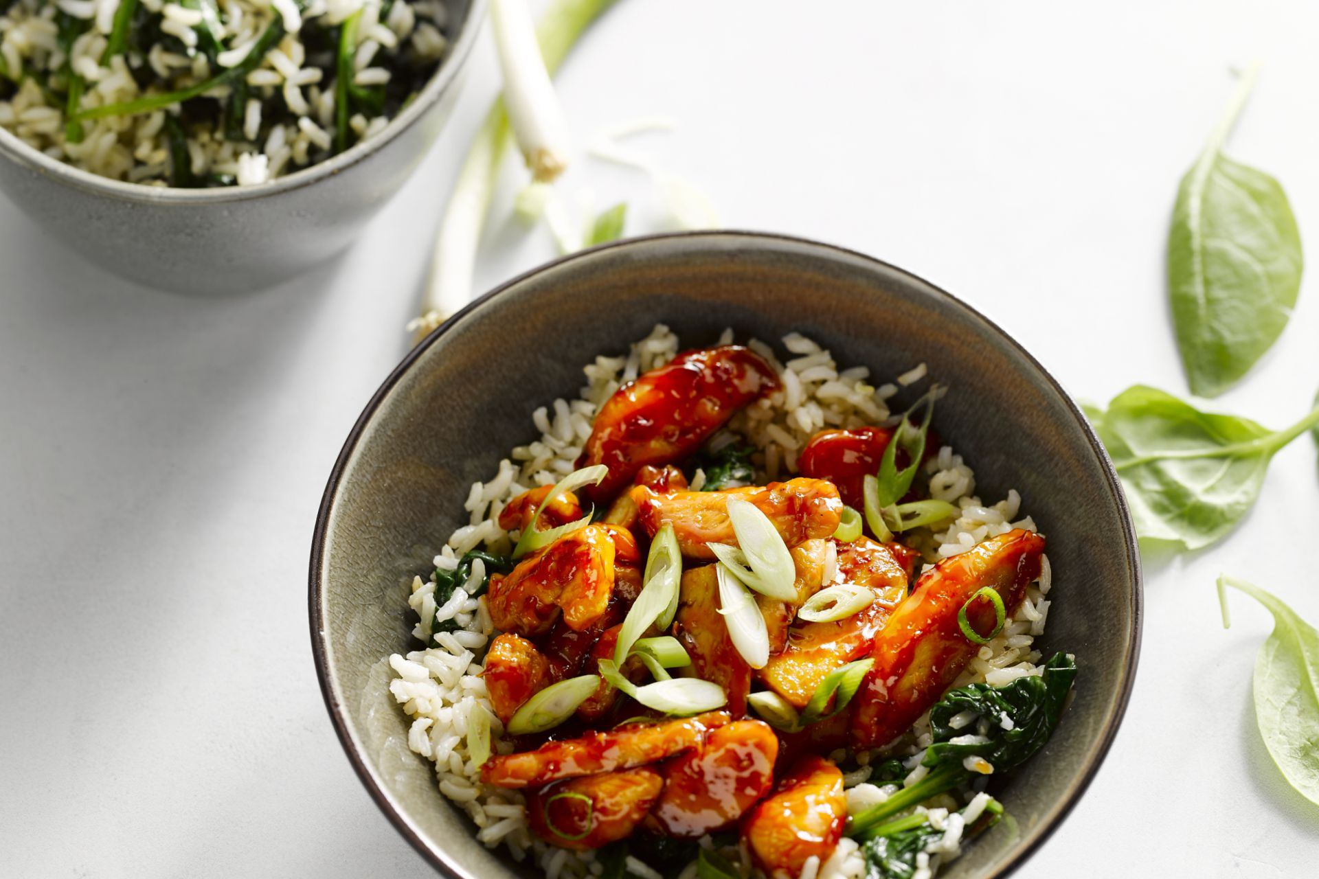 Kleverige kip met rijst en spinazie