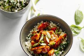 Foto van Kleverige kip met rijst en spinazie