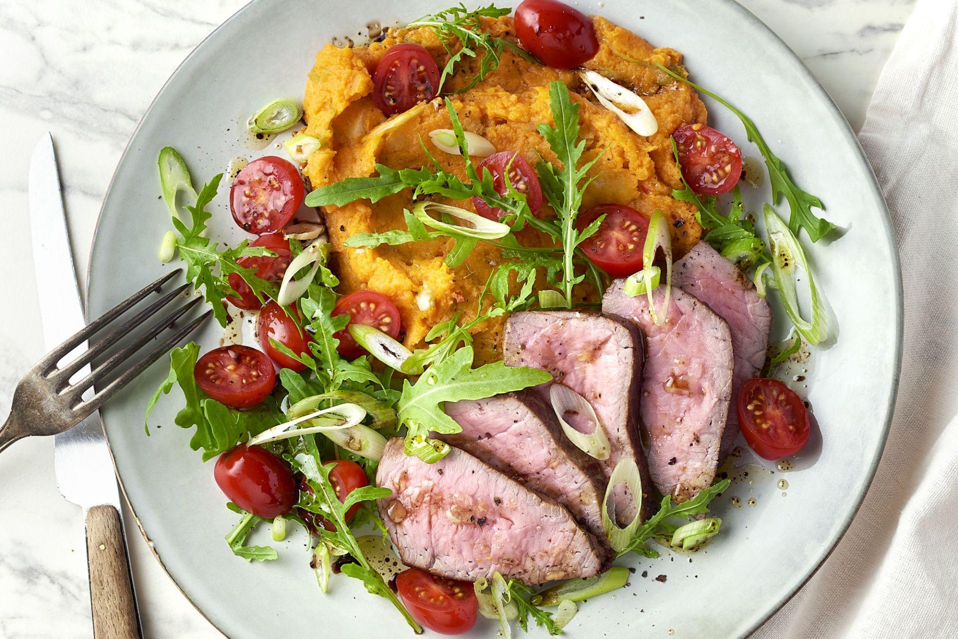 Steak met zoete aardappelpuree en rucola