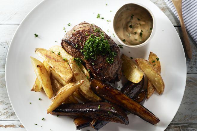 Steak met gelakte aubergine en aardappelpartjes