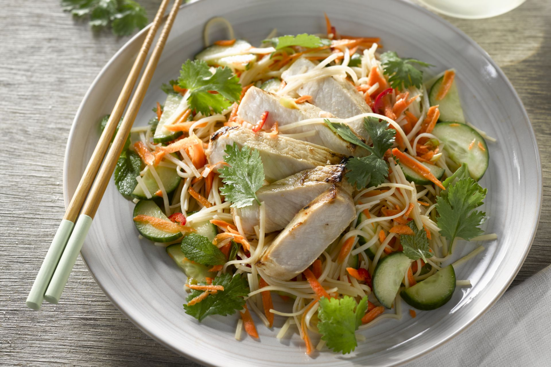 Vietnamese salade met varkensvlees en krokante groentjes