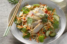 Foto van Vietnamese salade met varkensvlees en krokante groentjes