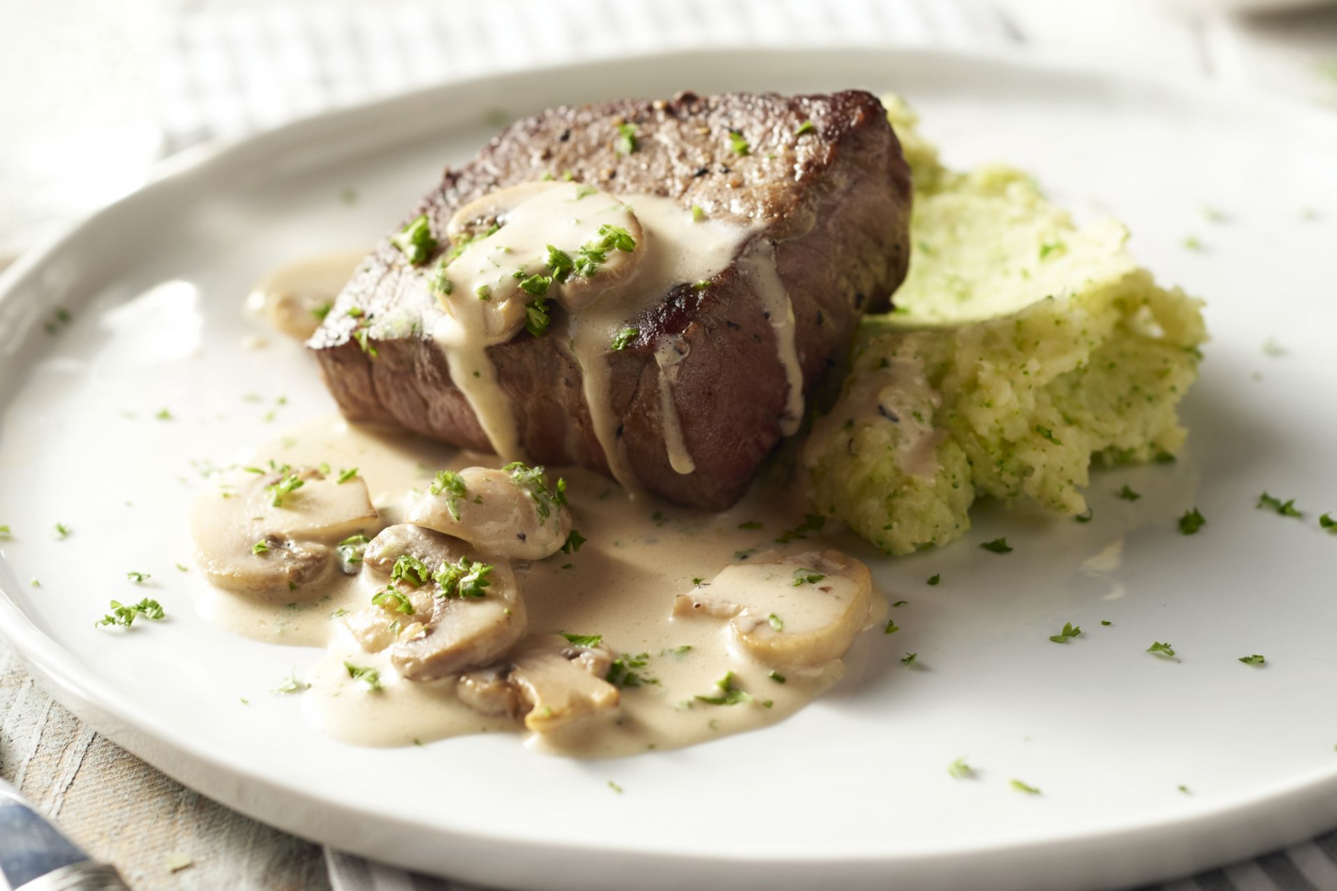 Steak met broccolipuree en champignonroomsaus