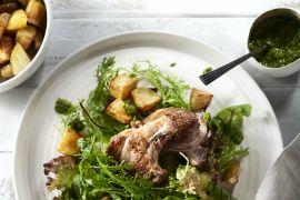 Foto van Lamskoteletten met chimichurri en aardappelblokjes