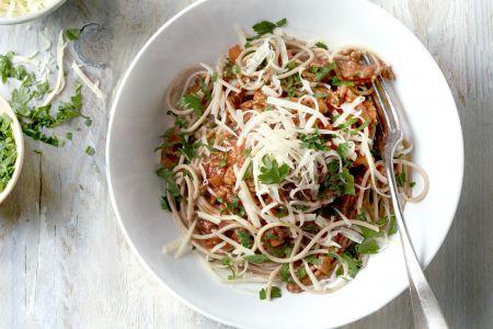 Volkoren spaghetti met snelle ragu en wortelen