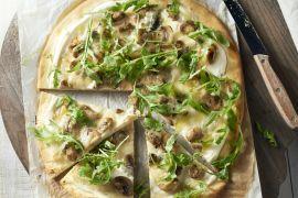 Foto van Witte pizza met champignons, roquefort en rucola