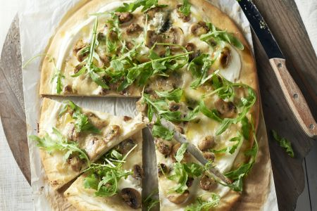 Witte pizza met champignons, roquefort en rucola