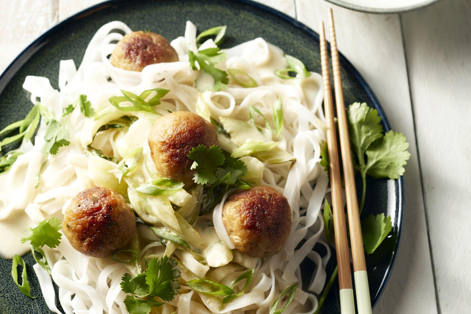 Thaise kippenballetjes met groene curry en paksoi