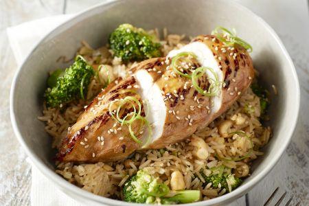 Gelakte kip met gebakken rijst en broccoli
