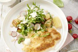 Foto van Kip milanese met aardappelsalade, rucola en radijsjes