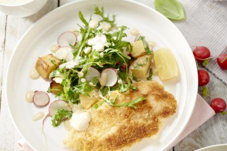 Kip milanese met aardappelsalade, rucola en radijsjes