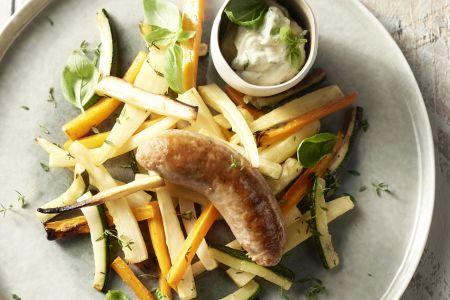 Worst met geroosterde groentenfrietjes en basilicummayonaise