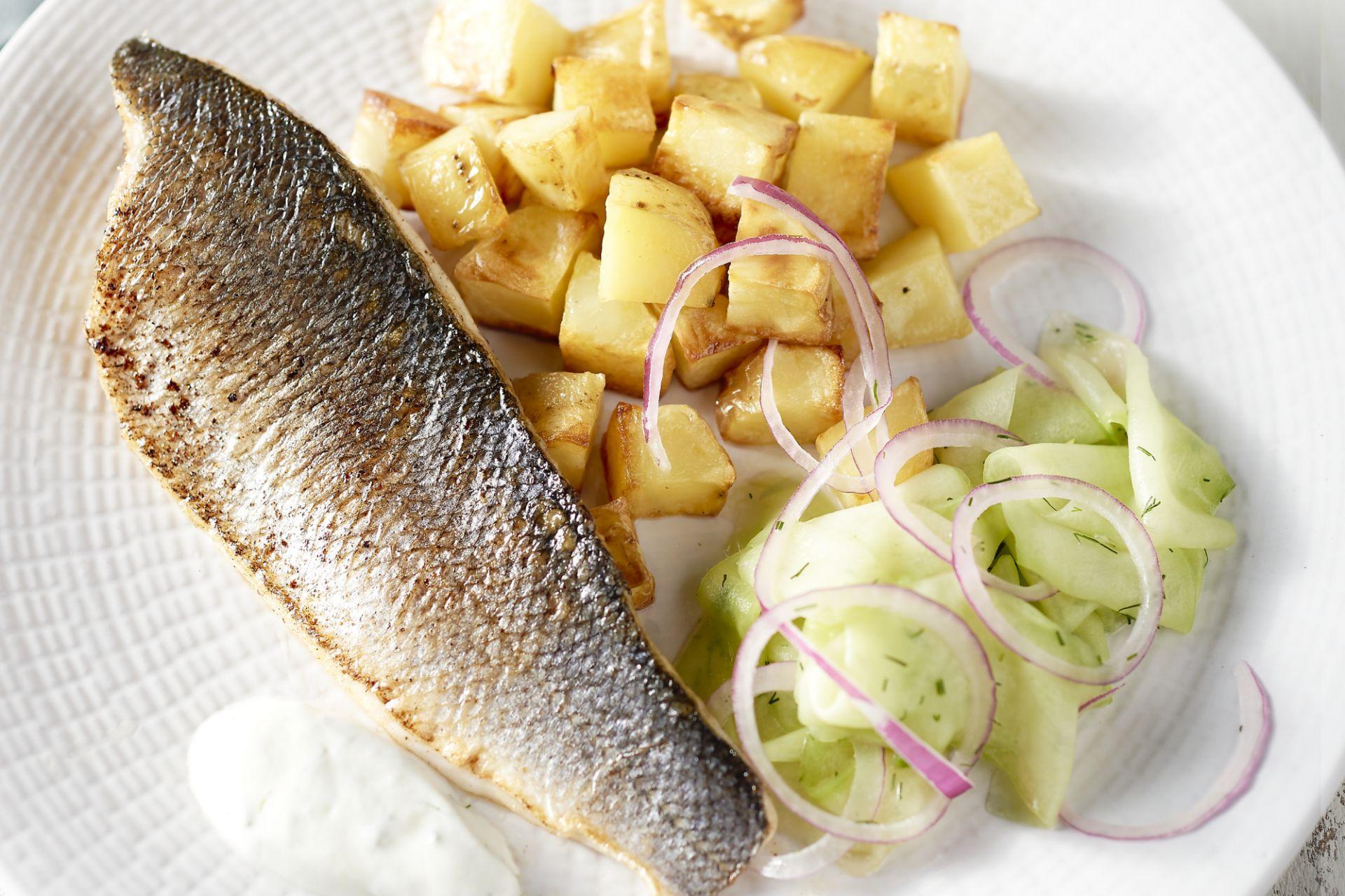Gebakken zeebaars met snelle komkommerpickle en geroosterde aardappelen