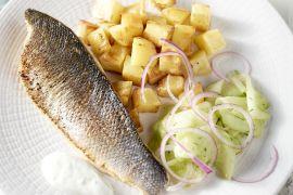 Foto van Gebakken zeebaars met snelle komkommerpickle en geroosterde aardappelen