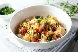 Foto van Linguine met kabeljauw in een mediterraanse tomatensaus