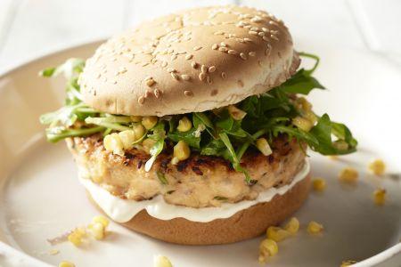 Zalmburger met rucola en maïs