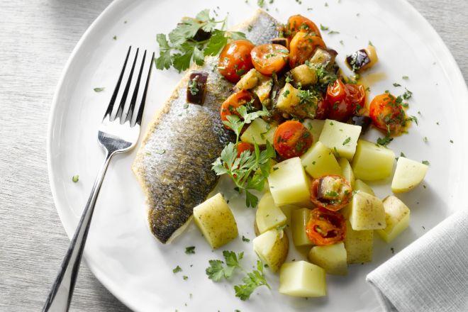Op vel gebakken zeebaars met snelle caponata