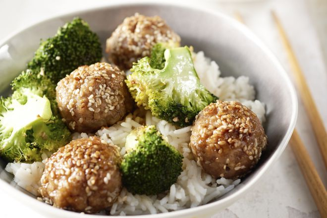 Oosterse varkensgehaktballetjes met sesam en broccoli