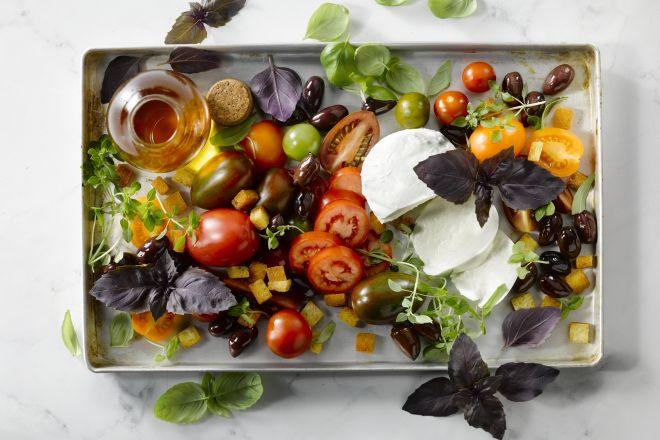 Een luxueuze salade caprese met buffelmozzarella