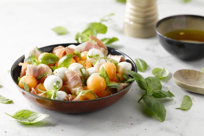 Salade met meloen, parmaham en bocconcini van buffelmozzarella