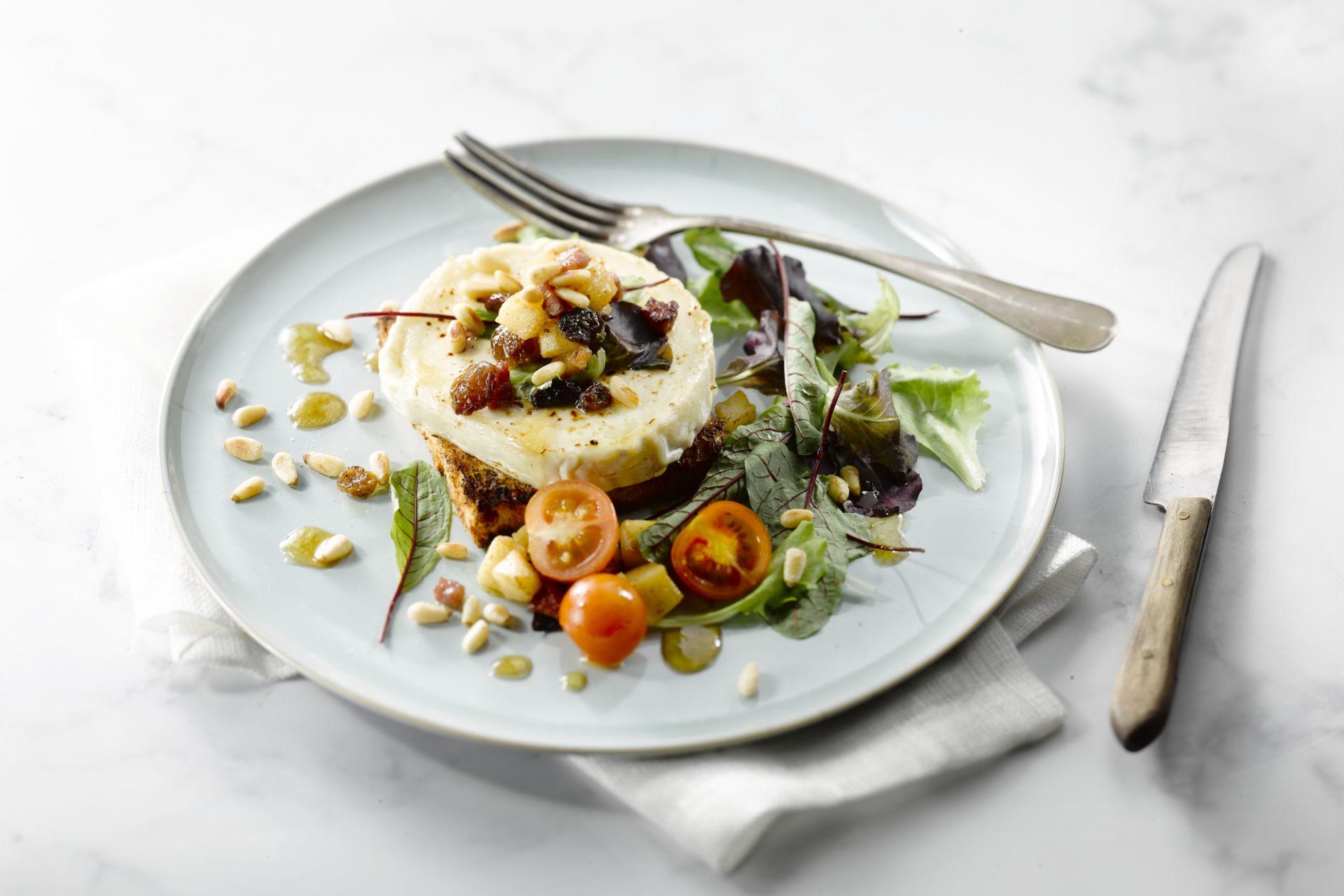 Salade van lauwe geitenkaas, spekjes en appel