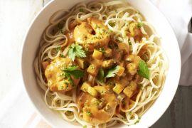 Foto van Pasta scampi in romige currysaus
