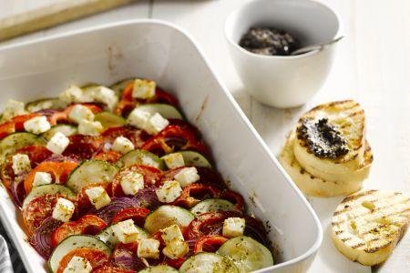 Warme Griekse salade met olijventapenade lookbroodjes