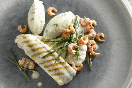 Gegrilde zeetong met knolselderpuree, grijze garnalen en zeekraal