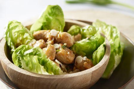 Kip met cashewnoten in saladewraps