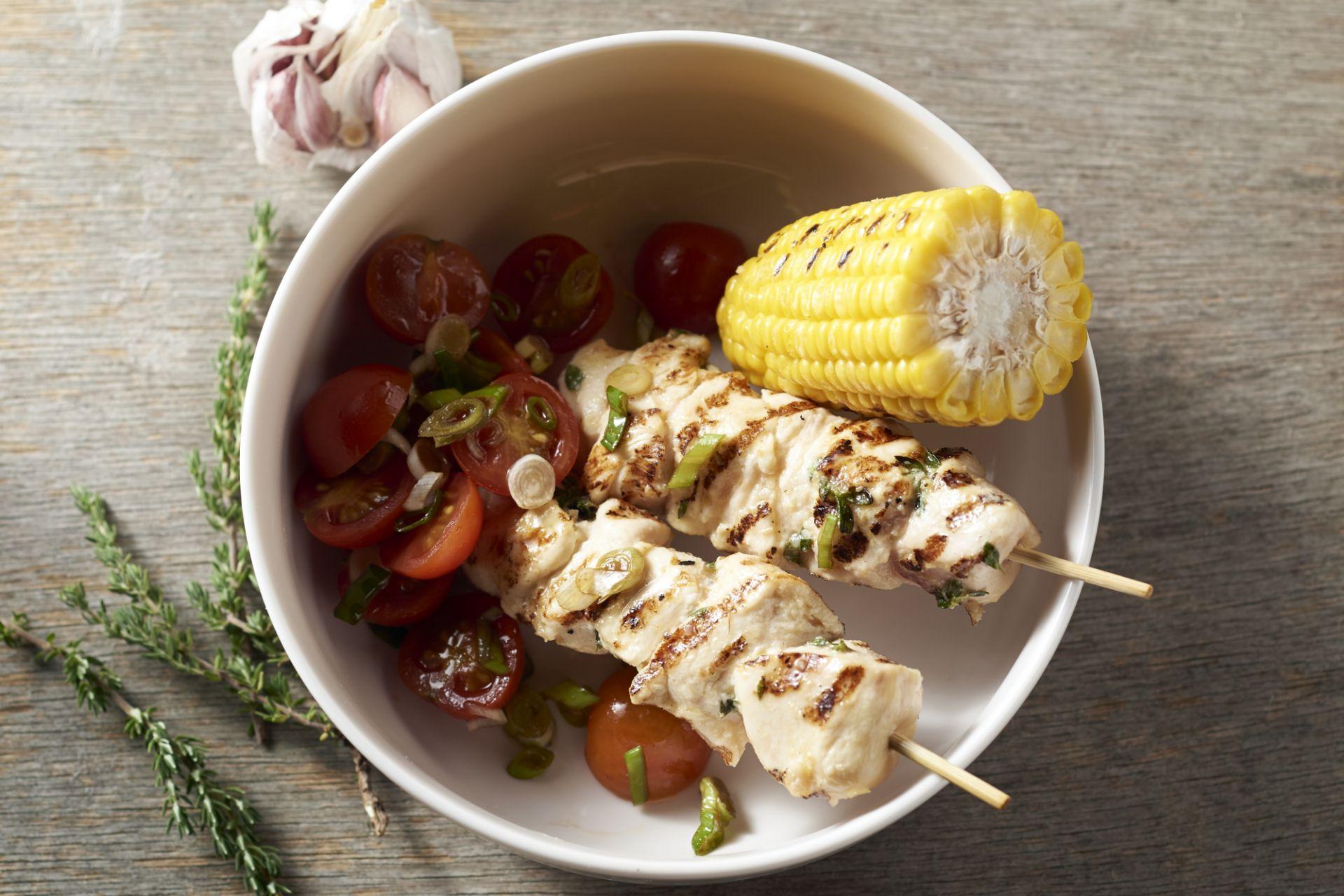 Kipsatés met maïs en tomatensalade