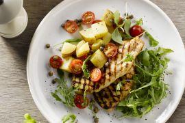 Foto van Kleverige kip met aardappelsalade
