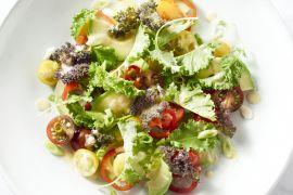 Foto van Salade van jonge boerenkool, avocado en gember-saliedressing