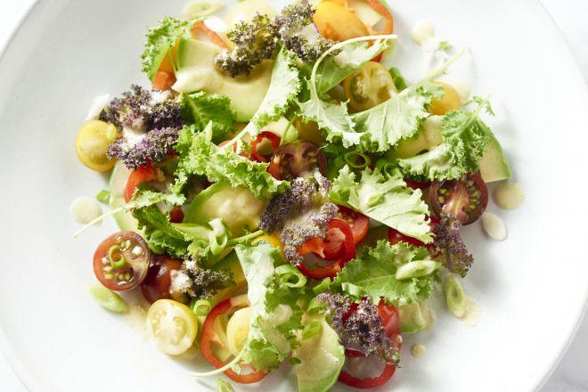 Salade van jonge boerenkool met avocado en gember-saliedressing