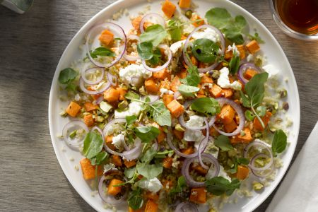Salade van geroosterde zoete aardappel en bulgur