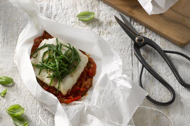 Papillot van leng met tomaat en zeekraal