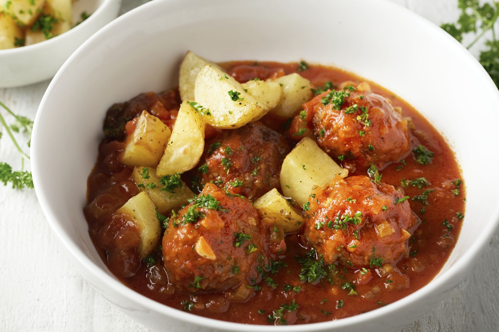 Gehaktballetjes in tomatensaus met geroosterde aardappelen